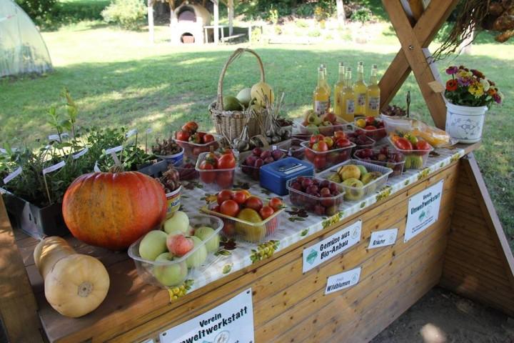 Ein Lebensmittel-Markstand mit Bioprodukten