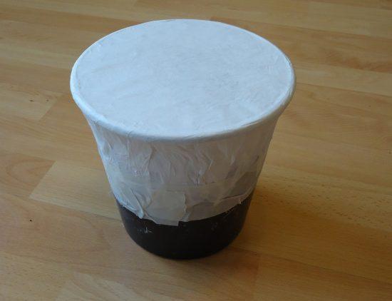 Einfache trommel aus Kleister, Butterbrotpapier und Plastikeimer