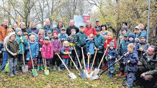 Baumpaten zeigen mit Aktion grüne Karte – In Regie der Naturparkverwaltung Drömling entsteht in Kämkerhorst eine Schutzhütte